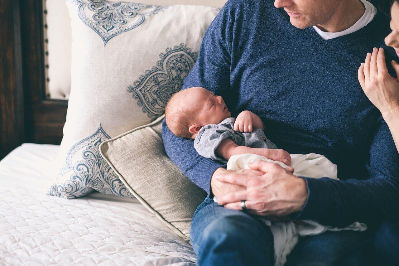 Novorodenec a otec